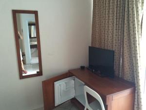 Een TV en/of entertainmentcenter bij New Garden Hotel