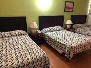 Een bed of bedden in een kamer bij New Garden Hotel