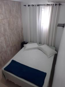 A bed or beds in a room at AP Floripa