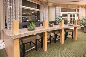 The lounge or bar area at La Quinta by Wyndham Colorado Springs South AP