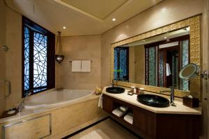 A bathroom at Raffles Dubai