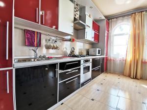 Кухня или мини-кухня в Wonderful Home in Sochi