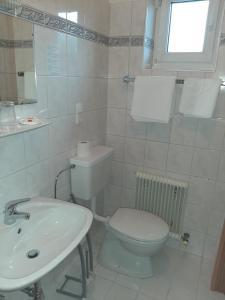 Ein Badezimmer in der Unterkunft Heiterwanger Hof, Pizzeria La Dolce Vita