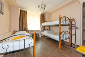 Двухъярусная кровать или двухъярусные кровати в номере Shabolovka Hotel
