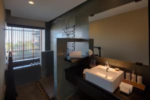 A bathroom at Anantara Mui Ne Resort