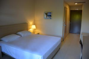 A bed or beds in a room at Porto Plaza Hotel