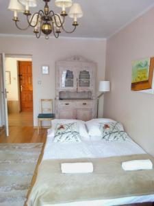 Łóżko lub łóżka w pokoju w obiekcie udanypobyt Apartament Zamoyskiego Centrum