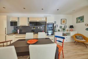 Cuisine ou kitchenette dans l'établissement Pineapple Apartment