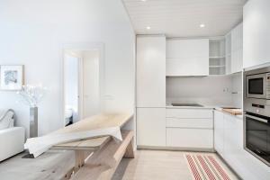 A kitchen or kitchenette at Luderna - Apartamento Saumet A1 Muguet