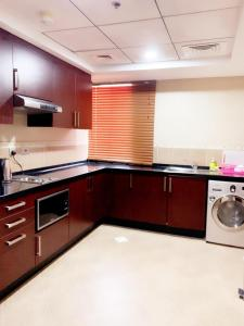 A kitchen or kitchenette at Hala Inn Hotel Apartments - BAITHANS