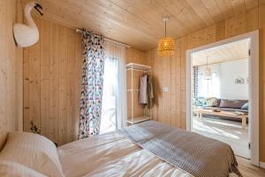 Łóżko lub łóżka w pokoju w obiekcie Jeziorownia