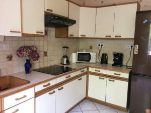 A kitchen or kitchenette at Petite maison proche de Montbéliard