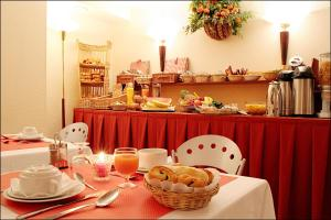 Breakfast options available to guests at Pavillon Villiers Etoile