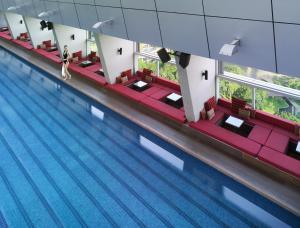 منظر المسبح في فندق تريدرز كوالالمبور او بالجوار