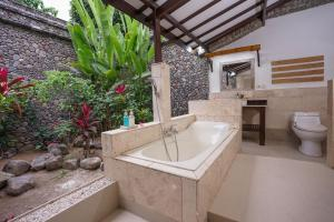 A bathroom at Rinjani Lodge