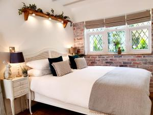 A bed or beds in a room at Owl Lodge