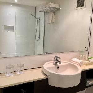 Ванная комната в Holiday Inn & Suites Port Moresby