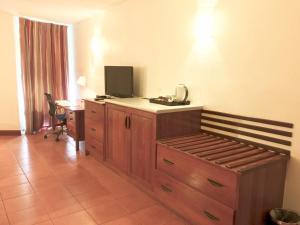 Телевизор и/или развлекательный центр в Holiday Inn & Suites Port Moresby