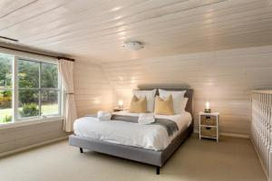 A bed or beds in a room at Tasmania Frankford Road