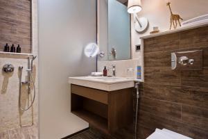 A bathroom at Melia Serengeti Lodge