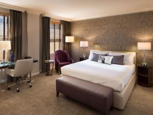 A bed or beds in a room at Hotel De Anza