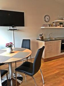 A kitchen or kitchenette at Thoristun Apartments