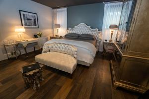 A bed or beds in a room at Stonehurst Place Bed & Breakfast
