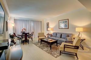 Uma área de estar em Sea View Hotel