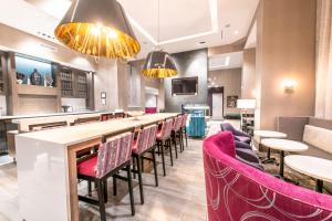 The lounge or bar area at Hampton Inn & Suites Asheville Biltmore Area