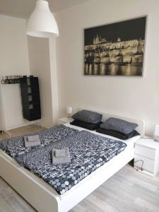 Postel nebo postele na pokoji v ubytování Cozy room - 10 minutes from the center of Prague!