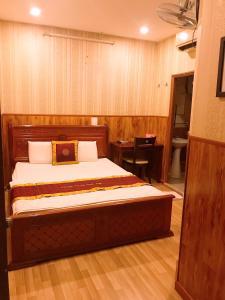 A bed or beds in a room at Khách sạn Hà Bảo Châu 1