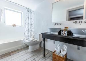 Koupelna v ubytování Seaside All Suites Hotel