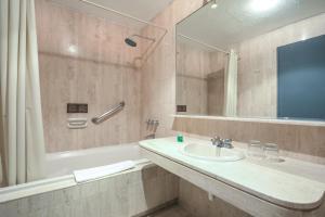 A bathroom at Selina Apartments Miraflores