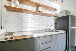 A kitchen or kitchenette at Selina Apartments Miraflores
