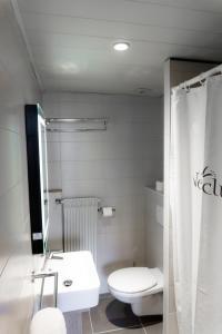 Salle de bains dans l'établissement Les Balcons Du Lac d'Annecy - Néaclub