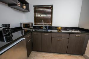 Kuchyň nebo kuchyňský kout v ubytování Seaside All Suites Hotel