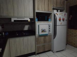 A kitchen or kitchenette at Casa com Piscina em Morrinhos/ Bombinhas -SC