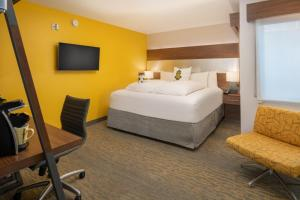 A bed or beds in a room at Staypineapple, Hotel Z, Gaslamp San Diego