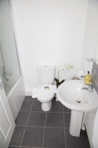 A bathroom at Golden Gate Apartments (Southampton)