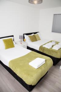 A bed or beds in a room at Golden Gate Apartments (Southampton)