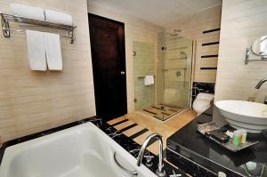 A bathroom at Gumaya Tower Hotel