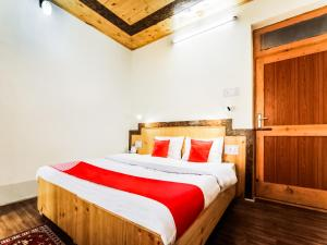 A bed or beds in a room at OYO 14359 The Mir Villa