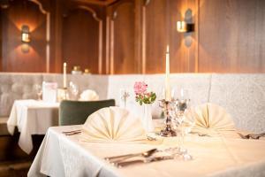 """Een restaurant of ander eetgelegenheid bij Natur & Spa Resort """"Der Alpbacherhof"""" Superior"""