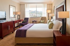 Avani Windhoek Hotel & Casino tesisinde bir odada yatak veya yataklar