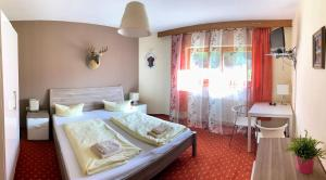 A bed or beds in a room at T3 Gasthof Spullersee