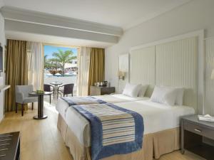 Кровать или кровати в номере Olympic Lagoon Resort Ayia Napa