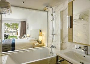 Ванная комната в Olympic Lagoon Resort Ayia Napa