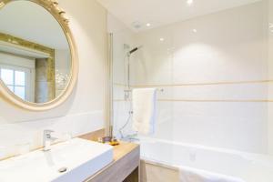 A bathroom at Manoir'Hastings