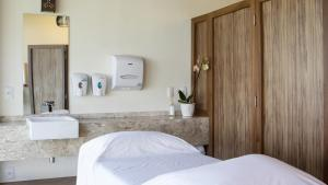 A bed or beds in a room at Jatiuca Hotel & Resort