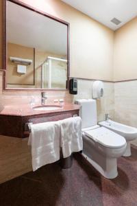A bathroom at OYO Hotel Francabel